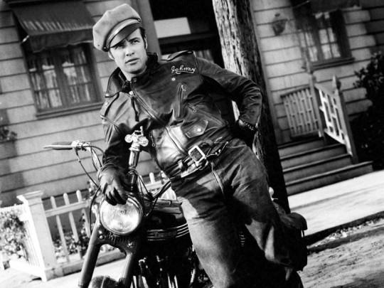 Marlon-Brando-The-Wild-One-Clothes-Outside-800x600